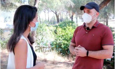 rocio monasterio habla con un vecino de la casa de campo
