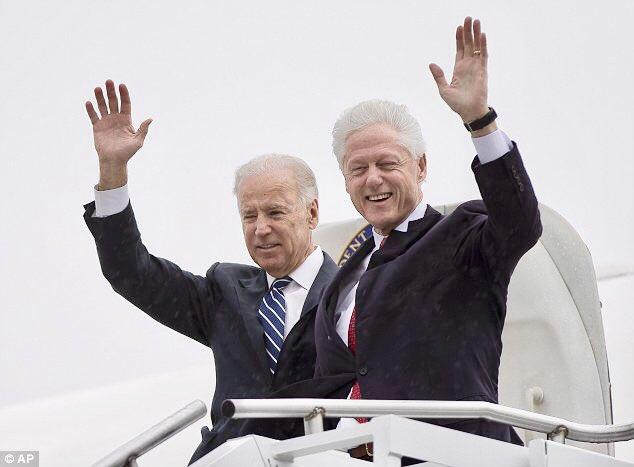 El depravado Bill Clinton (a la derecha) junto al candidato demócrata, Joe Biden.