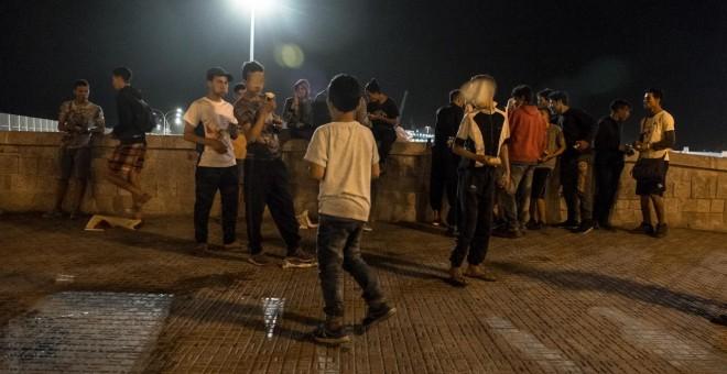 Jóvenes y menores extranjeros en las calles de Melilla.- José Palazón