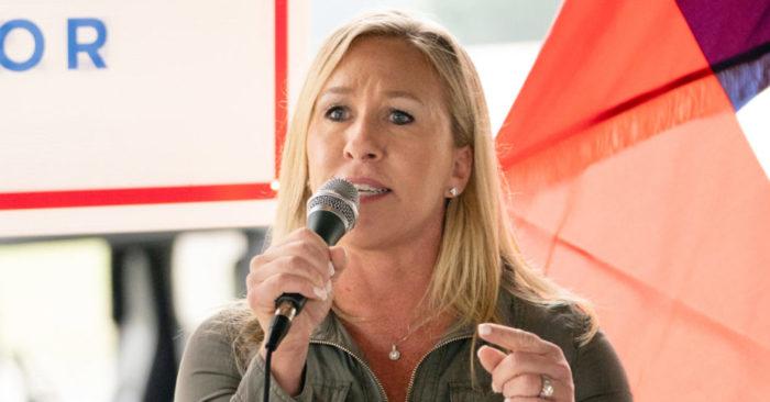 La candidata republicana a la Cámara de Representantes de Estados Unidos, Marjorie Taylor Greene, habla en una conferencia de prensa en Dallas, Georgia, Estados Unidos, el 15 de octubre de 2020. (REUTERS/Elijah Nouvelage)