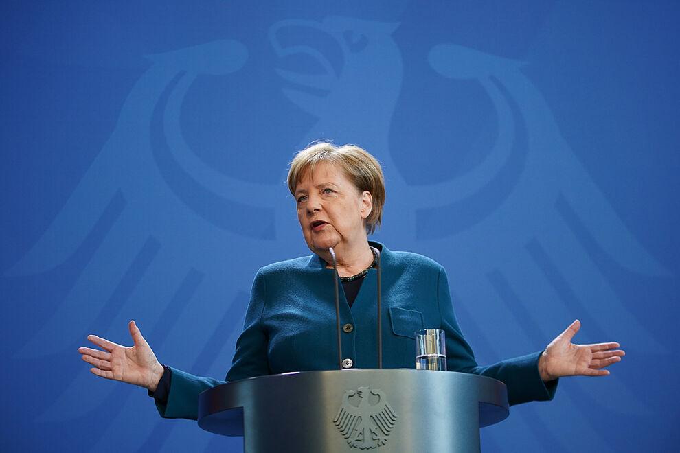 La canciller alemana Angela Merkel habla durante una conferencia de prensa antes de reunirse con los líderes económicos y sindicales en la Cancillería el 13 de marzo de 2020 en Berlín, Alemania. (Foto de Hayoung Jeon – Pool / Getty Images)