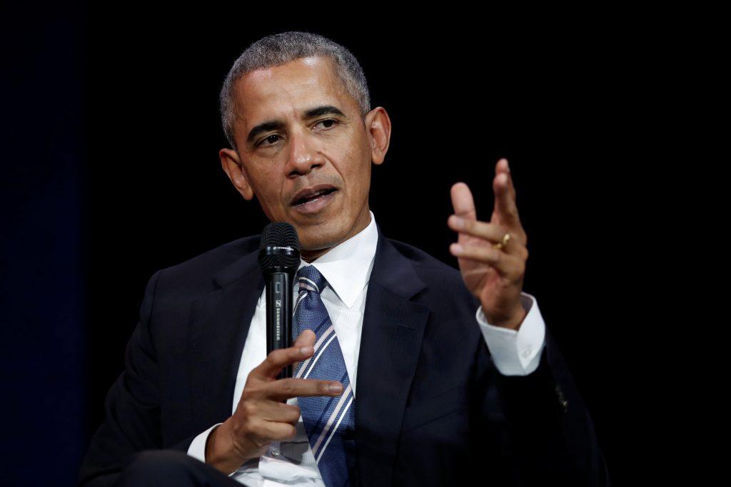 El expresidente de Estados Unidos Barack Obama habla durante una conferencia en París, Francia, el 2 de diciembre de 2017.