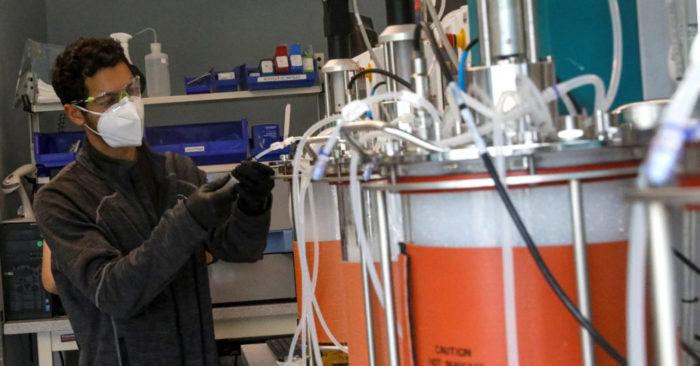 Un empleado trabaja en un laboratorio en el campus de Regeneron Pharmaceuticals Westchester en Tarrytown, Nueva York, Estados Unidos 17 de septiembre de 2020. (REUTERS/Brendan McDermid/ Foto de archivo)