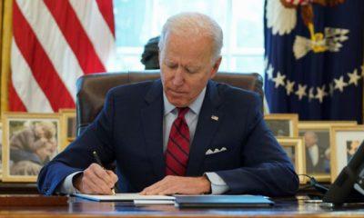 El presidente de Estados Unidos, Joe Biden, firma las órdenes ejecutivas que refuerzan el acceso a la asistencia sanitaria asequible en la Casa Blanca, en Washington, Estados Unidos, el 28 de enero de 2021. (REUTERS/Kevin Lamarque)