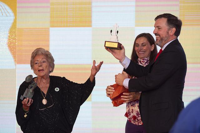 Teresa Agulló, Premio HazteOir.org 2018, entrega a Ignacio Arsuaga una réplica de la cruz de Callosa de Segura en presencia de Blanca Escobar. /HO