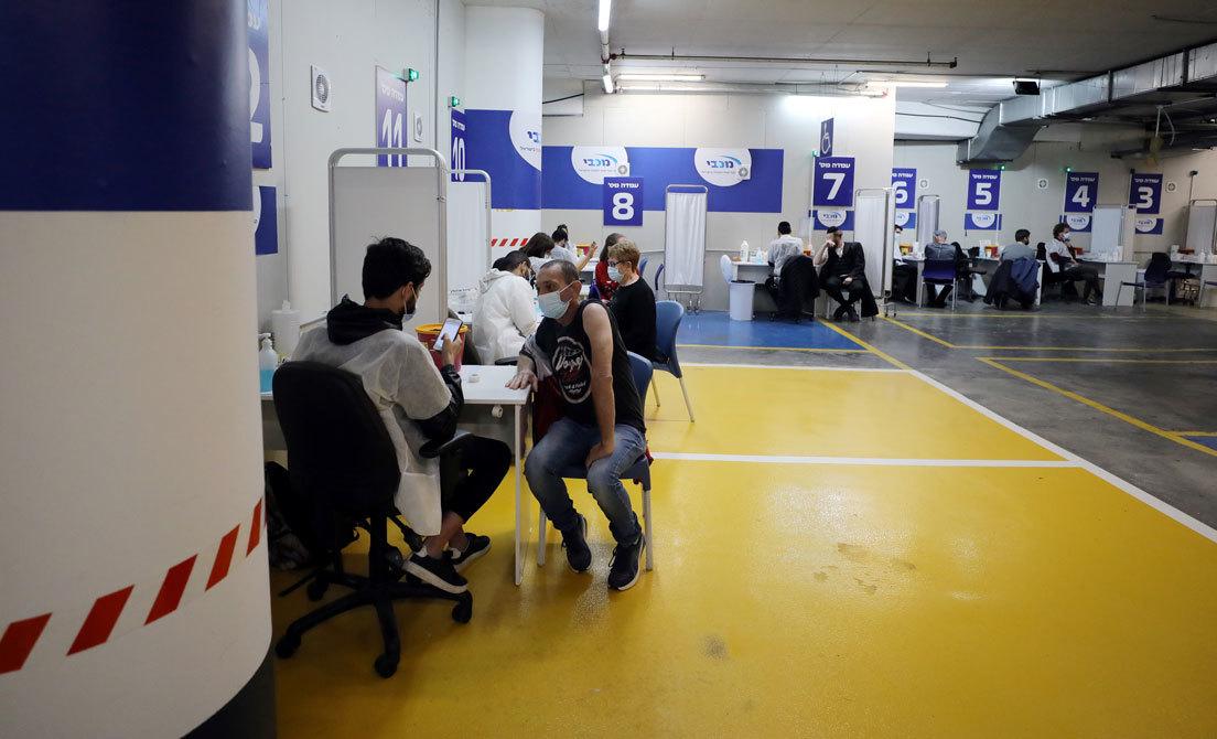 Ciudadanos se vacunan contra el coronavirus en un polideportivo de Tel Aviv (Israel) el 19 de enero de 2021Ammar Awad/ Reuters
