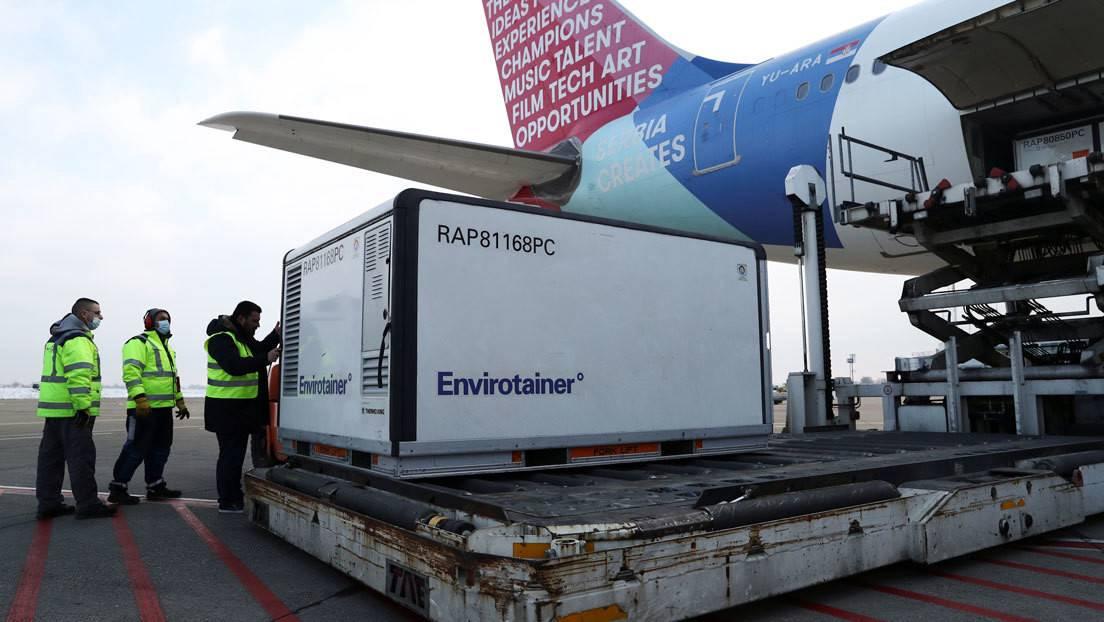 Un avión con vacunas contra el coronavirus aterriza en el aeropuerto de Belgrado (Serbia) el 16 de enero de 2021. Foto: Marko Djurica / Reuters