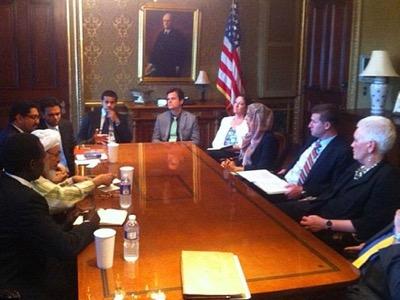 Reunión del Consejo de Seguridad Nacional en la Casa Blanca, el 13 de junio de2013, osea bajo la administración Obama. Elpersonaje conturbante blanco ygafas, sentado del lado izquierdo de lamesa, es eljeque Abdallah benBayyah, segundo del dirigente de la Hermandad Musulmana, Yussef al-Qaradawi. 