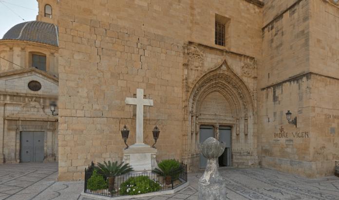 Cruz de la plaza de la Iglesia de San Martín en Callosa de Segura / Google Maps