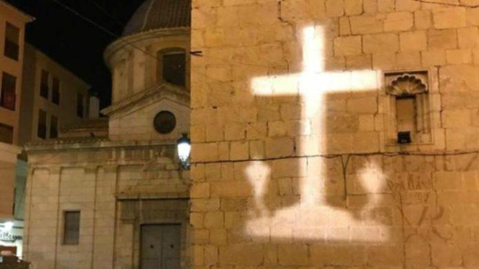 La Policía multa con cien euros al día a la vecina que proyecta la imagen de la Cruz de Callosa de Segura.