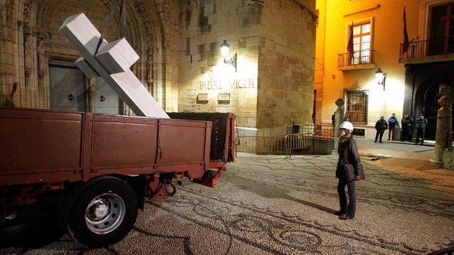 La cruz de Callosa de Segura es retirada pese a la oposición de los ciudadanos / EFE.
