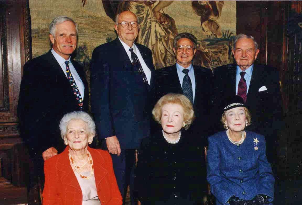 De izquierda a derecha. Arriba: el magnate Ted Turner, el abogado William Henry Gates II (padre de Bill, el cofundador de Microsoft), el financista George Soros y el empresario David Rockefeller. Abajo: la cazatalentos de Hollywood Irene Diamond, la filántropa Brooke Astor y la filántropa Leonore Annenberg.