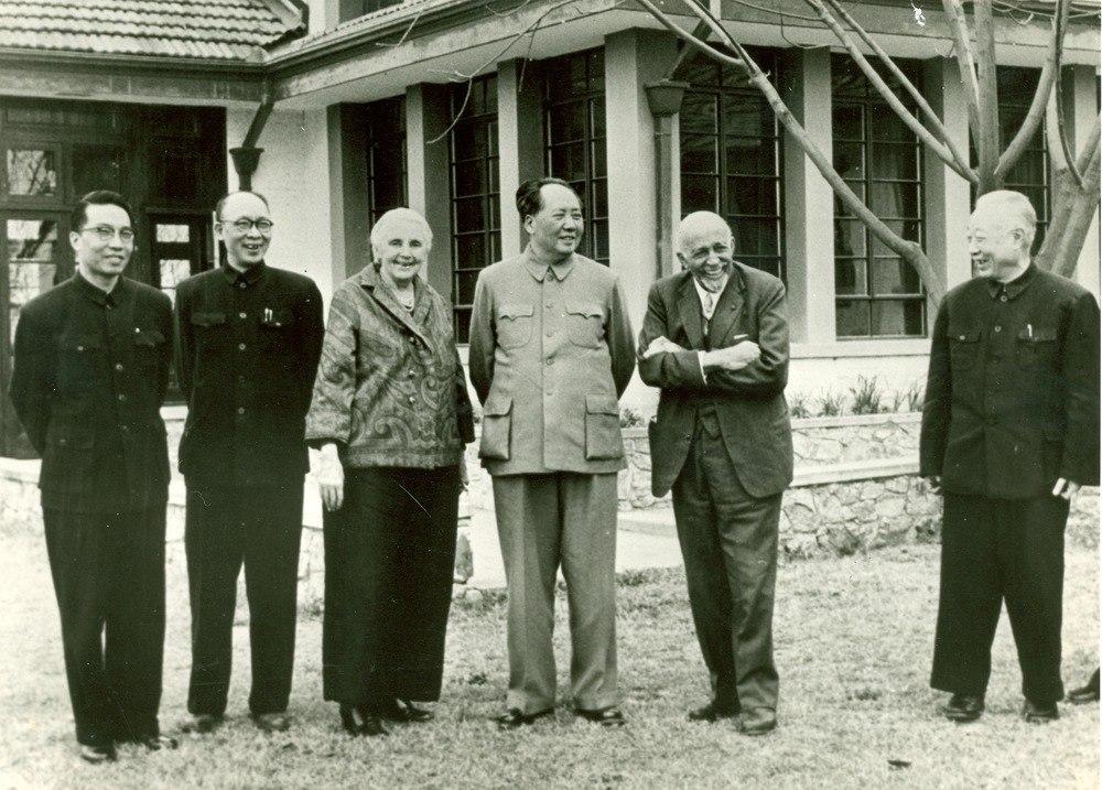 La autora y periodista estadounidense, Anna Louise Strong (tercera a la izquierda), y el sociólogo, historiador y defensor de los derechos civiles, W.E.B. Dubois (segundo a la derecha), junto al dictador comunista chino, Mao Zedong (centro).
