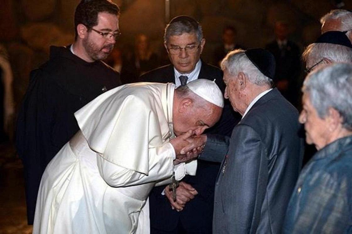 El Papa Francisco besando la mano de una persona que algunos seguidores de Q identifican como un miembro de la familia Rockefeller.