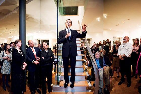 Barack Obama (centro). A la derecha de la foto, sentado, de camisa azul, se ve al financista George Soros.