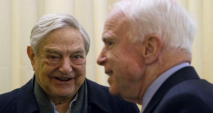 El magnate George Soros (izquierda) y el senador republicano John McCain (derecha).