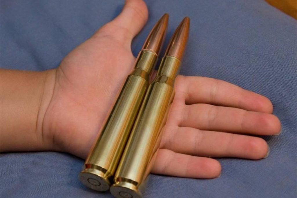 Munición del calibre .50, como la usada por el rifle Barrett que aparece en la noticia.