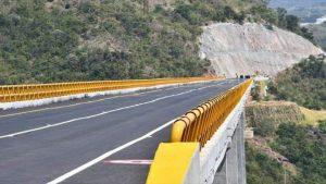 delincuentes venezolanos arrojan migrante peruano por puente colombia 0