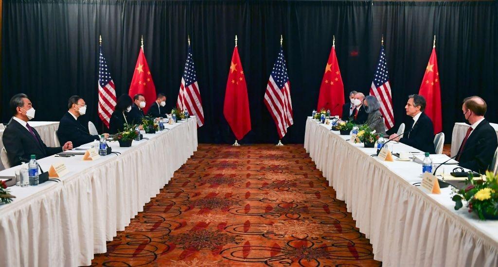 """Hubo un """"fuerte olor a pólvora"""" cuando diplomáticos chinos y estadounidenses se reunieron el pasado día 18 en Anchorage (Alaska), según Zhao Lijian, del Ministerio de Exteriores de China. Pólvora es una de las palabras que utiliza Pekín cuando quiere que los demás sepan que esté pensando en la guerra. En la imagen (Frederic J. Brown/Pool/AFP, vía Getty Images), diplomáticos chinos y norteamericanos se reúnen en el Hotel Capitán Cook de Anchorage."""