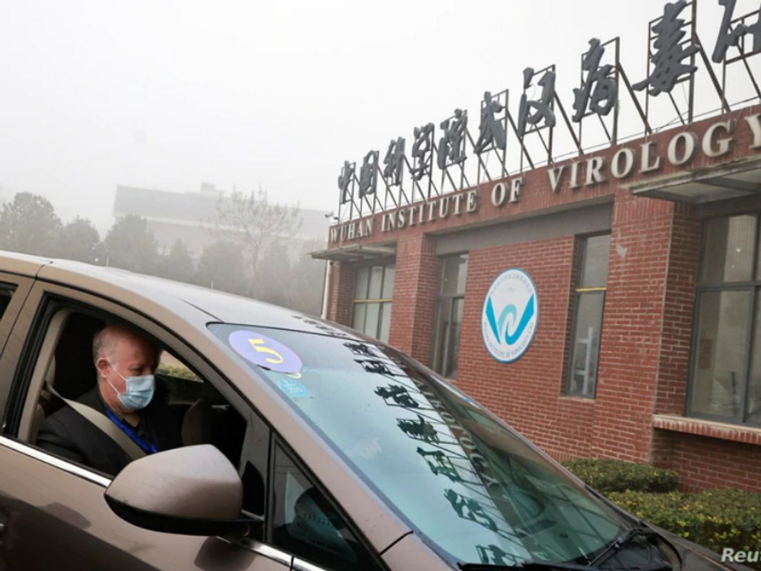 Peter Daszak ingresando al Instituto de Virología de Wuhan. Fuente: Reuters.