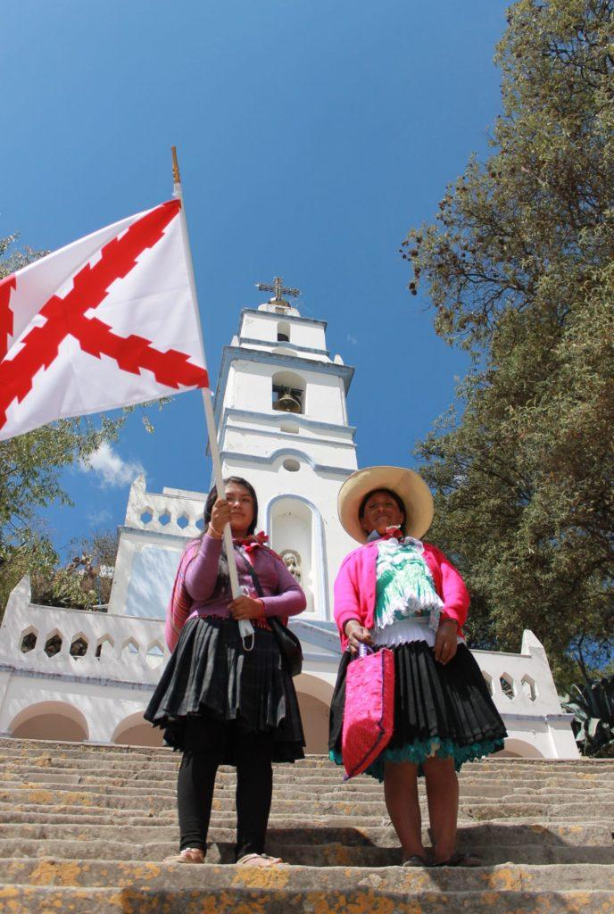 Peruanas portan la bandera de la Cruz deBorgoña. Cajamarca. Vanessa Campos Luján