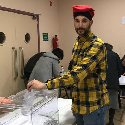 Alberto Donaire vota disfrazado de pitufo.