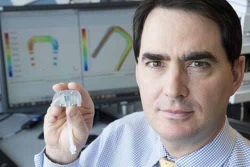 """El doctor William Fissell con el último prototipo de riñón artificial del """"Proyecto Riñón""""/Foto: The Vanderbilt University"""